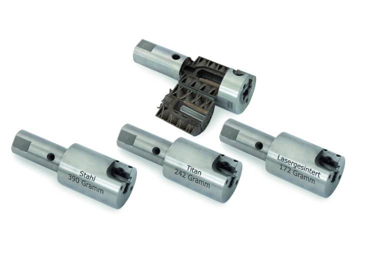 Außenreibahlen aus dem 3D-Drucker (oben) im Vergleich zu konventionell gefertigten Modellen aus Stahl und Titan: Durch die Rippenstruktur im Inneren hat Mapal das Gewicht der Werkzeuge mehr als halbiert.