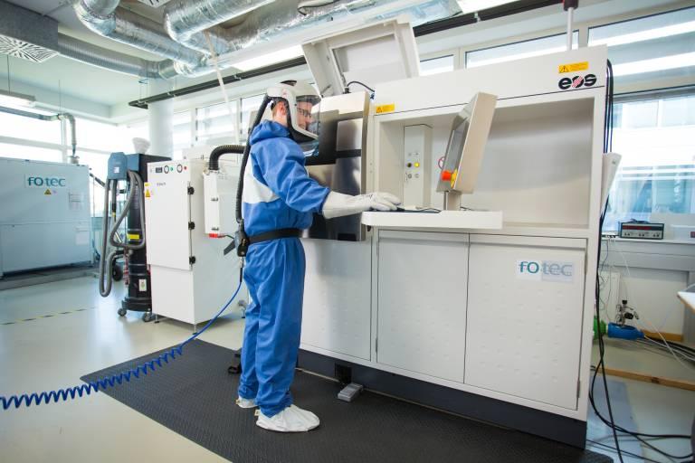Der Umgang mit Pulverwerkstoffen erfordert spezielle Arbeitsschutzmaßnahmen.