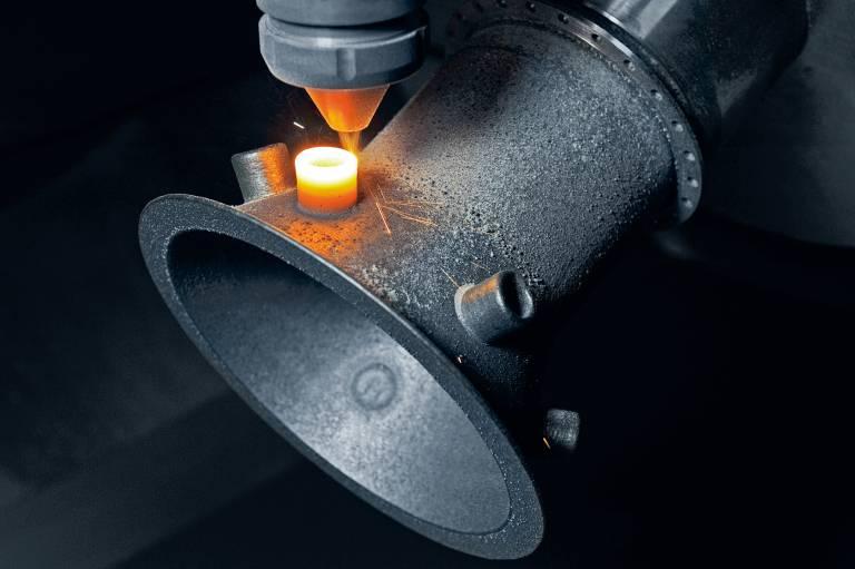 Pulver-Auftragschweißen in einer mehrachsigen Maschine ermöglicht den additiven Aufbau entlang beinahe beliebiger Achsen und somit eine schnellere und flexiblere Teileherstellung. (Bild: DMG MORI)