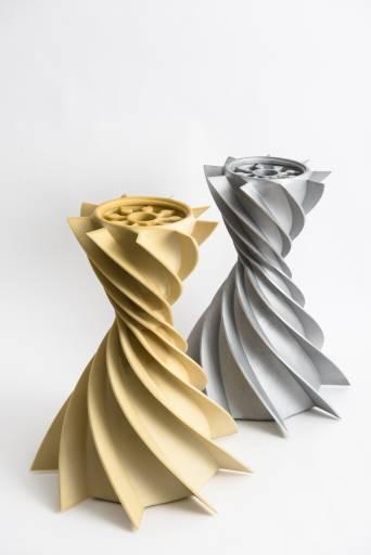 Auch für die Formherstellung im Feinguss sind die Systeme von voxeljet bestens geeignet. Verschiedene Werkstoff-Binder Kombinationen ermöglichen scharfkantige, detailgenaue Formteile, die anschließend in verschiedenen Legierungen (links Aluminium, rechts Stahl) gegossen werden können.