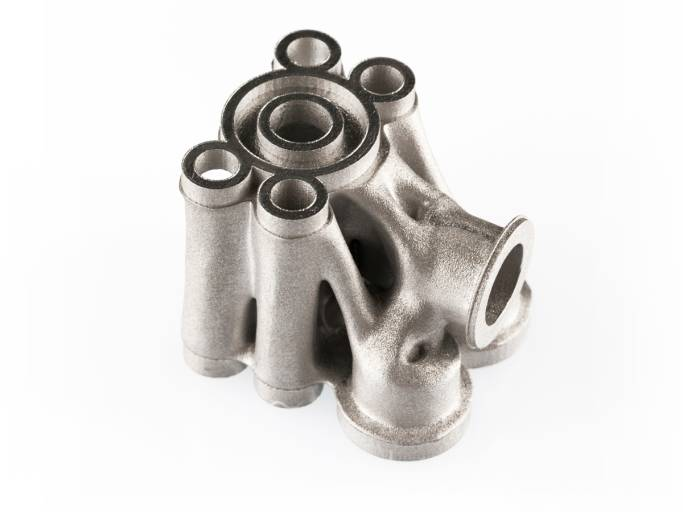 Durch die Optimierung des Ventilblocks und additiven Herstellung mit einer SLM® 125 HL von SLM-Solutions konnte dessen Gewicht eines Ventilblocks aus H 13 um 74 % gegenüber dem Originalteil reduziert werden. Das fertig optimierte Teil wiegt nur mehr 600 g.