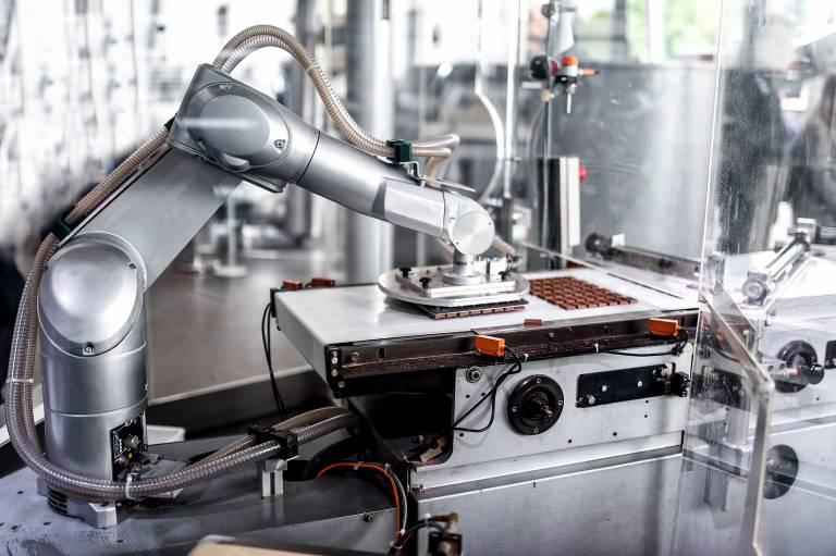 Ein TX90 Sechsachsroboter beim Handeln von Schokolade.