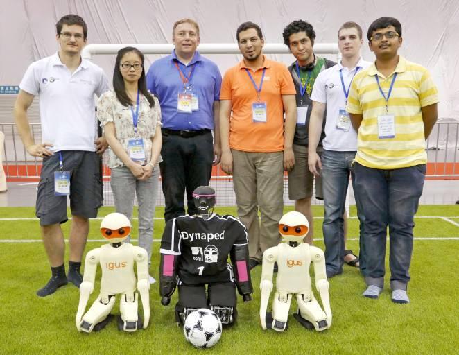 """Das Team """"NimBro"""" der Universität Bonn konnte in Kooperation mit dem motion plastics-Spezialisten igus den Sieg des ersten RoboCup Design Award feiern. (Quelle: Universität Bonn)"""
