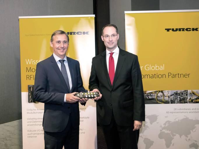 Jochen Bihl, Geschäftsführer Bihl+Wiedemann, und Turck-Geschäftsführer Christian Wolf (rechts) freuen sich auf eine gute Zusammenarbeit.