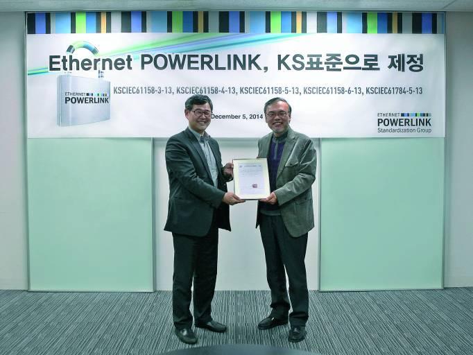 Yniong Lee, Geschäftsführer von B&R Korea (links) nimmt von Sung-ho Hong, Professor an der Hanyang-Universität und Vorsitzender der IEC / TC 65 Korea, die Zertifizierungsurkunde entgegen, mit der die Registrierung von POWERLINK als koreanische Norm bestätigt wird.