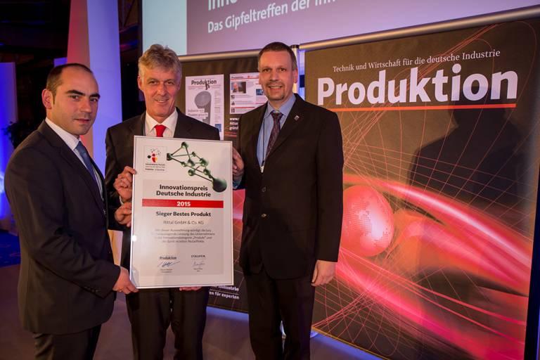 Dr. Thomas Steffen, Rittal Geschäftsführer Forschung & Entwicklung (m.), Heiko Holighaus, Leiter Vorentwicklung (r.) und Entwickler Juan Carlos Cacho Alonso (l.) nahmen den Innovationspreis Deutsche Industrie entgegen.