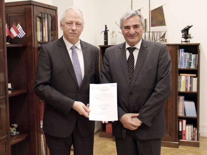 Bernard Kaufmann, IRIS General Manager (im Bild links) und Konrad Scheiber, CEO Quality Austria, bei der IRIS Zertifikationsüberreichung. (Bild: Quality Austria)