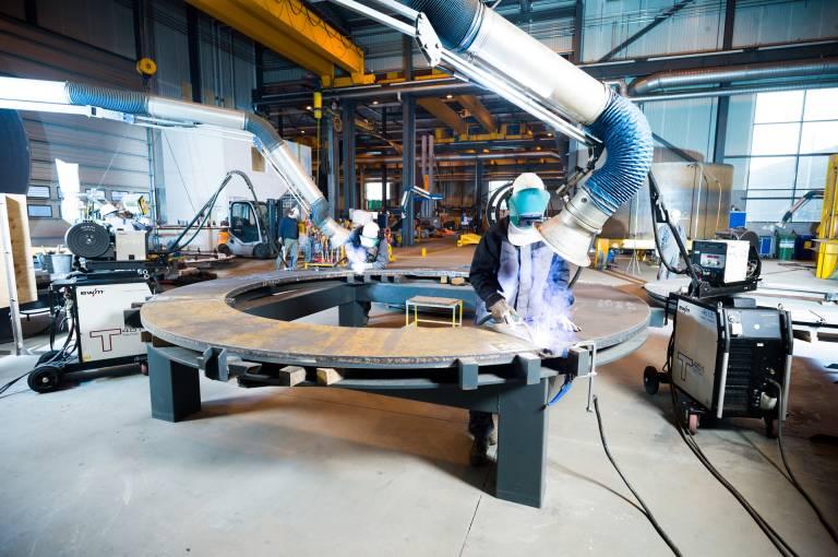 """Valmont fertigt u. a. Bremsscheiben für Windräder mit einem Durchmesser von 4 m. Beim Verbinden der vier aus einer Stahlplatte geschnittenen Ringsegmente wird das EWM-Schweißverfahren """"forceArc"""" eingesetzt und spart damit beträchtlich Arbeitszeit, Material und Energie ein. (Bilder: EWM)"""