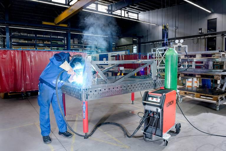 Die Anbauteile für hochwertige Fertigungs- und Werkzeugmaschinen verlangen  höchste Präzision und optisch einwandfreie Sichtnähte.