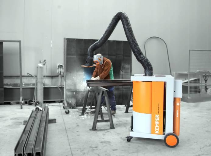 Der mobile MaxiFil Clean kann an verschiedenen Schweißplätzen eingesetzt werden. Dank der besonderen Formgebung der Absaughaube ist die Schweißraucherfassung gegenüber herkömmlichen Absaughauben laut Kemper um 40 % höher.