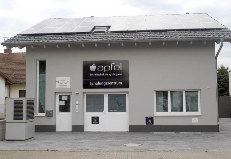 Die Apfel GmbH errichtete ihr Schulungszentrum auf dem Betriebsgelände nahe Heidelberg. Im modern möblierten und großzügig geschnittenen, hellen Konferenzraum haben bis zu 20 Schulungsteilnehmer Platz.