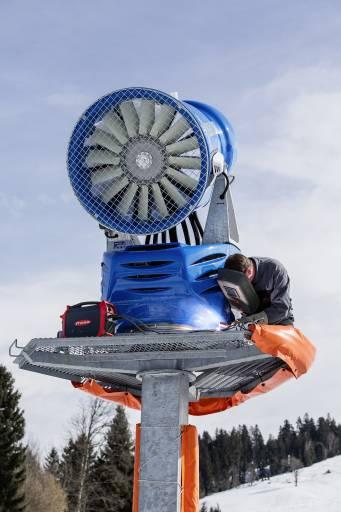 Für Wartungs- und Reparaturarbeiten an Schneeerzeugern und anderen Infrastruktureinrichtungen setzt die Bergbahnen AG Kitzbühel bevorzugt auf das akkubetriebene MMA-Schweißgerät AccuPocket. (Bilder: Fronius)