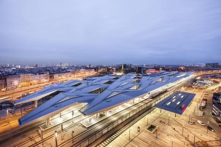 Der neue Wiener Hauptbahnhof ist eines der größten Infrastruktur-Projekte des Landes. Für die weithin sichtbare 37.000 m² große Dachkonstruktion wurden rund 7.000 Tonnen Stahl verbaut – eine Menge, die der des Eiffelturms entspricht.
