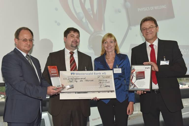 Kai Treutler freut sich über den von Laudator Prof. Dr. Steffen Keitel, Geschäftsführer der SLV Halle GmbH (links außen), DVS-Präsident Prof. Dr. Heinrich Flegel (rechts außen) sowie Susanne Szczesny-Oßing, Aufsichtsratsvorsitzende der EWM AG, überreichten und mit 30.000 Euro dotieren EWM-Award. (Bild: DVS / Bischof & Broel)