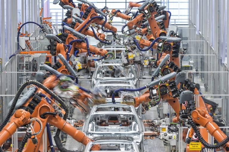 Neue Richtlinien sorgen für Sicherheit bei der Blechumformung im Automobilbau: Mit Großpressen werden Bleche im Karosseriebau der Automobilproduktion umgeformt und geschnitten (Bild: Audi).