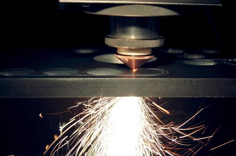 Mit der neuen Laserproduktlinie Highlight FL hat Coherent Faserlaser der nächsten Generation entwickelt, die auf einer modularen und flexiblen Architektur basieren. Mit der Einführung einer austauschbaren Transportfaser ist die Möglichkeit einer Vor-Ort-Wartung und/oder -Reparatur gegeben.