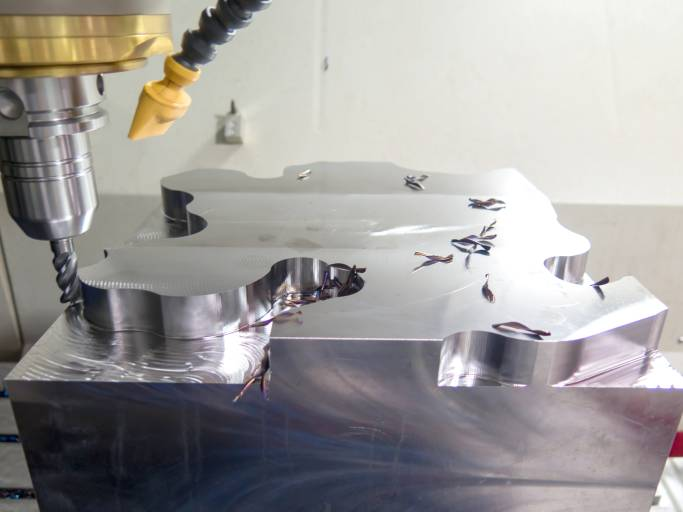 Schruppen in Rekordzeit: Das Vortex-Demoteil aus 1.2312 mit dem VHM-Schaftfräser von MMC Hitachi Tool während der Bearbeitung auf der Röders RXU1400.
