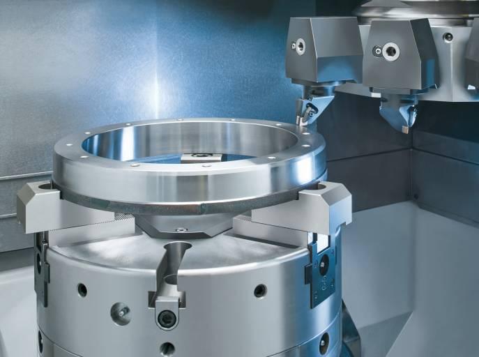 Die unten liegende Spindel nimmt Werkstücke bis 450 mm Durchmesser auf. Bearbeitet werden diese durch den 12-Fach-Scheibenrevolver, der sowohl mit Drehwerkzeugen als auch mit angetriebenen Werkzeugen ausgestattet werden kann.