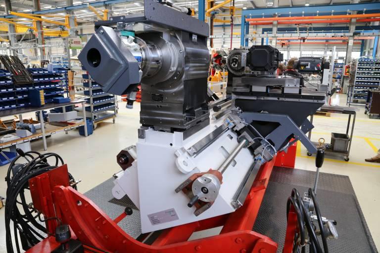 Das modulare Maschinenkonzept für die Maxxturn Drehbearbeitungszentren baut auf um 90° versetzte Trägerflächen. Die Schlitten werden über Führungsschienen gehalten. Das HYDROPOL® Maschinenbett garantiert dabei höchste Stabilität.