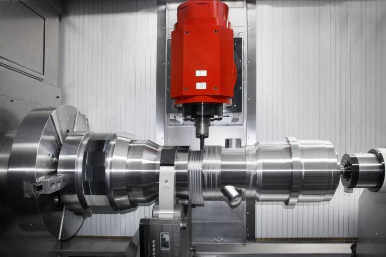 Der Arbeitsbereich der HT 200 PM erlaubt die Bearbeitung von Werkstücken bis zu 1.000 mm Drehdurchmesser, bei der Länge kann der Kunde bis max. 6.000 mm wählen. Die leistungsstarke Hauptspindel ist für die Schwerzerspanung mit einem max. Drehmoment von 6.410 Nm und 84 kW ausgelegt.