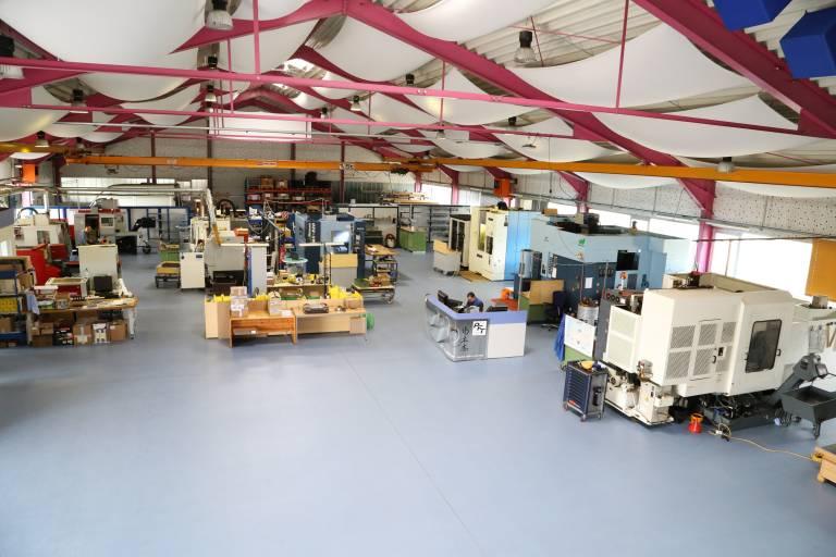 Der Programmierarbeitsplatz (Mitte) ist geschickt in der Nähe der Bearbeitungszentren angeordnet um Wege möglichst kurz zu halten.