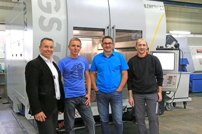 Mit dem neuen BAZ hochzufrieden v.l.n.r.: Rudolf Fluch (TMZ), Werkstättenleiter Rene Kiegerll, Gerhard Reisner und Maschinenbediener Armin Stocker (alle Promotool).