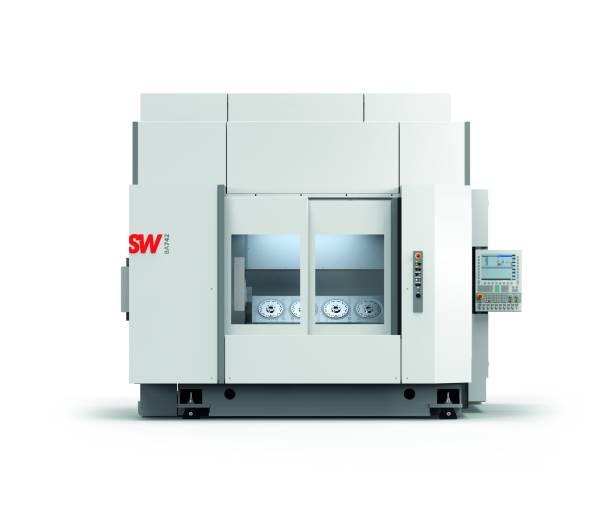 Die Schwäbische Werkzeugmaschinen GmbH präsentierte auf der EMO das vierspindlige Bearbeitungszentrum BA 742. Die vier HSK-A100 Motorspindeln greifen in einem Abstand von 350 mm parallel mit insgesamt bis zu 1.360 Nm in die großen Werkstücke ein.