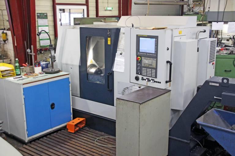Mit der TC600-65 können Drehteile bis zu einer Drehlänge von 650 mm Hergestellt werden. Dabei besticht die Drehmaschine mit einer Aufstellfläche von lediglich 2.500 x 1.600 mm.