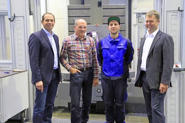 Mit dem Ergebnis zufrieden v.l.n.r.: Die beiden Geschäftsführer Bernd Fladischer und Paul Wonaschütz, Maschinenbediener Andreas Grasmann sowie Manfred Lehenbauer, Geschäftsführer M&L – Maschinen und Lösungen.