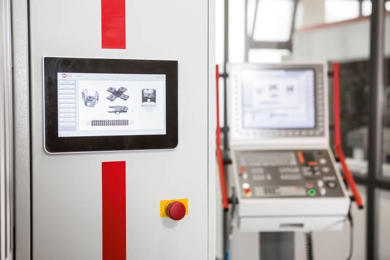 Für die schnelle Erfassung und visuelle Kontrolle der im HACS hinterlegten Prozessabläufe und Paletten-Informationen befindet sich am Rüstplatz des Palettenwechslers PW 250 ein Zusatzdisplay.