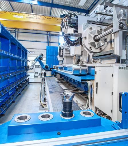 Das Kuka-Steuersystem KRC4 mit der Kuka-mxAutomation-Software, steuert die Bewegungen des Roboters über die Befehle der Sinumerik-Steuerung von Siemens und gewährleistet Sicherheits- und spezifische Funktionen des Roboters. Die eigentliche Programmierung des Roboters erfolgt an der Steuerung Sinumerik 840D sl mit integrierter Run-MyRobot-Option. (Bild: Fa. Weingärntner)