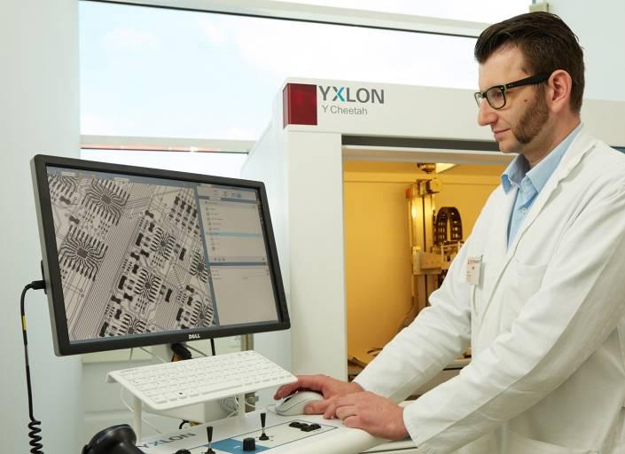 Laut Jürgen Freynhofer, Leiter der Qualitätssicherung der technosert electronic GmbH – hier im Bild –, liefert die Röntgenanalyse höchstzuverlässige Prüfergebnisse.