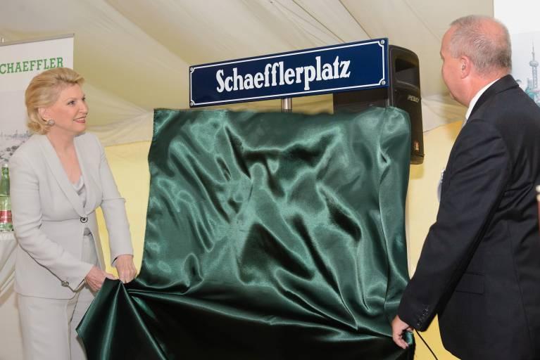 Die neue Firmenanschrift als Ausdruck der Wertschätzung zeigt die Verbundenheit mit der Schaeffler Gruppe. Maria-Elisabeth Schaeffler-Thumann enthüllt gemeinsam mit Bürgermeister Hermann Kozlik den neuen Straßennamen.