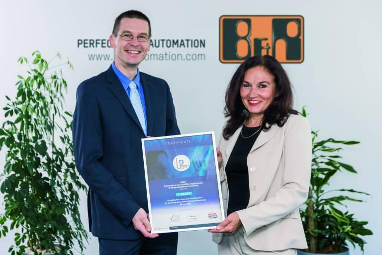 Erster Platz des Industrial Usability Awards für Automation Studio. Die Auszeichnung halten Dr. Elke Deubzer (PMO) und Gernot Bachler (B&R) in den Händen.