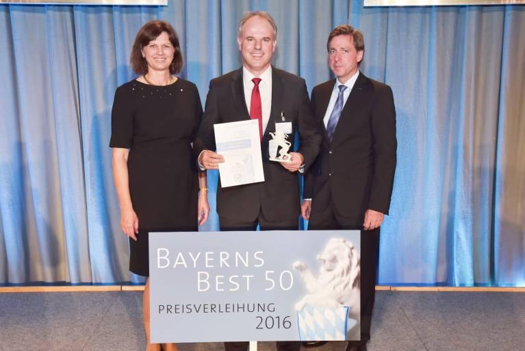 """Am 18. Juli 2016 verlieh Ilse Aigner, Bayerische Staatsministerin für Wirtschaft und Medien, Energie und Technologie, Stemmer Imaging zum zweiten Mal nach 2013 die Auszeichnung """"Bayerns Best 50""""."""