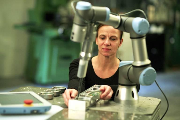 Die kollaborierenden Roboter von Universal Robots können sich auf der autonomen mobilen Plattform von Mobile Industrial Robots flexibel zwischen Arbeitsplätzen hin und her bewegen.