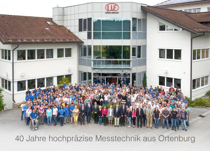 Was mit einem Drei-Mann-Betrieb anfing, ist zur internationalen Unternehmensgruppe angewachsen. Heute arbeiten über 900 Mitarbeiter weltweit bei Micro-Epsilon. Alleine in Ortenburg sind es mehr als 300 – und alle waren bei der 40-Jahr-Feier.