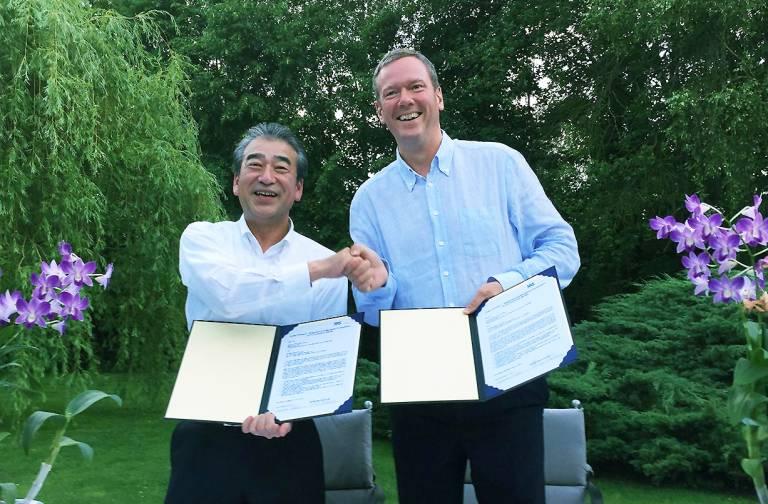 Hirose-Präsident Kazunori Ishii (links) und Vorstandsvorsitzender Philip Harting freuen sich auf die künftige Zusammenarbeit.