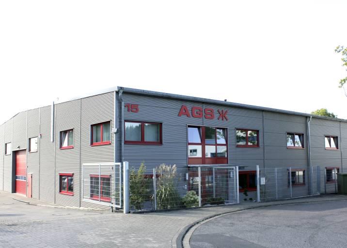 AGS fertigt auf einer Gesamtfläche von 1.200 m² kundenspezifische Greiferlösungen und zählt zu den Pionieren in der Automation. Seit kurzem ist das familiengeführte Unternehmen Teil der Schunk Unternehmensgruppe.