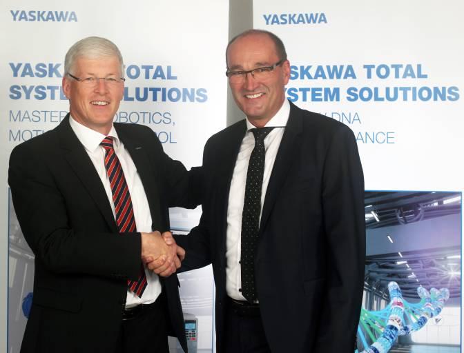 Wechsel im Management der Yaskawa Europe GmbH: Norbert Gauß (rechts) verantwortet seit 1. September 2016 als Präsident & Division Direktor die Geschäfte der Drives & Motion Division für die Region EMEA. In dieser Funktion berichtet er direkt an Manfred Stern (links), Präsident & CEO der Yaskawa Europe GmbH. (Quelle: Yaskawa)