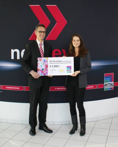 Herr Ing. Marcus Schellerer übergibt den Spendencheck in Höhe von 2.000,- EUR an die Kinder Krebs-Hilfe.
