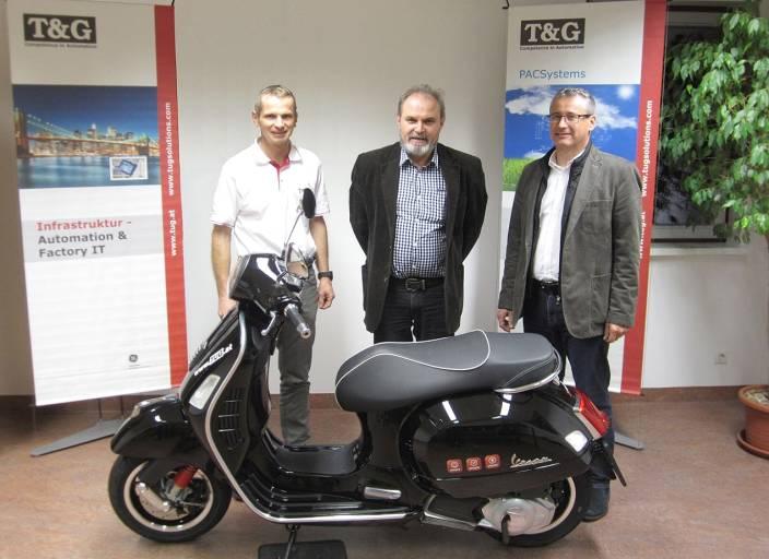 Die Übergabe der VESPA GTS Super an den Gewinner Herrn Franz Pfeiler (Mitte), im Rahmen des 20 Jahre T&G Gewinnspiels. Links im Bild Peter Gruber, rechts Harald Taschek.