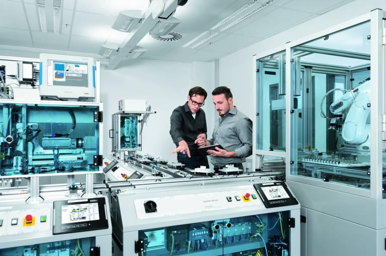 In der CP Factory, der Lernfabrik der Zukunft, verbindet Festo Didactic die virtuelle Lernwelt mit der realen.
