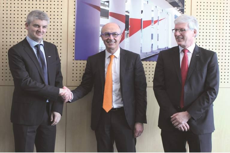Im Bild v. l. n. r.: Xavier Lucas (President Yaskawa France), Jean-Michel Renaudeau (Directeur Général Sepro Group) und Manfred Stern (President & CEO Yaskawa Europe).