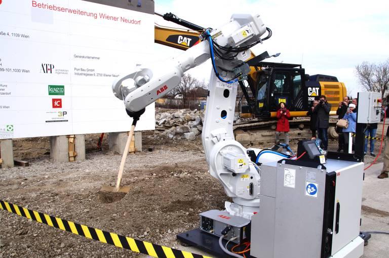 Ein außergewöhnliches Highlight bildete der überraschende Einsatz eines ABB-Roboters, der den Ehrengästen bei der Arbeit zur Hand ging. Nachdem jeder Ehrengast einen Schalter aktiviert hatte, hob er mühelos die ersten Erdschaufeln aus und sorgte somit für einen spannenden und innovativen Spatenstich.