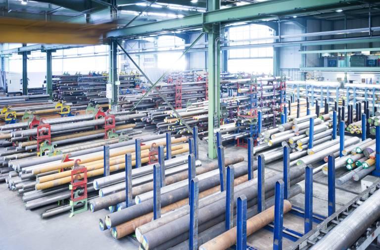 Im Bereich der Material- und Prozesslogistik fungiert Günther + Schramm als externes Lager, realisiert bei Bedarf die Werkstoffanarbeitung, liefert die konfektionierte Ware just in time in die Fertigung und verkürzt somit die Durchlaufzeiten in der Produktion.