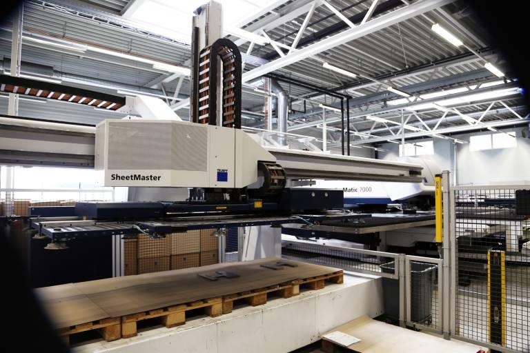 Im Automatisierungsumfeld der TruMatic 7000 kommt bei der Anton Paar ShapeTec auch noch der SheetMaster für das automatische Beladen der Bleche und sortierte Entladen der bearbeiteten Teile zum Einsatz.
