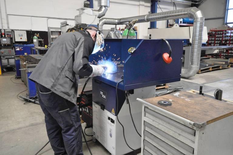 Die beim Arbeiten entstehende rauch- und staubhaltige Luft wird direkt durch das Lochblech der Auflagefläche abgesaugt und in die Filteranlage geleitet.