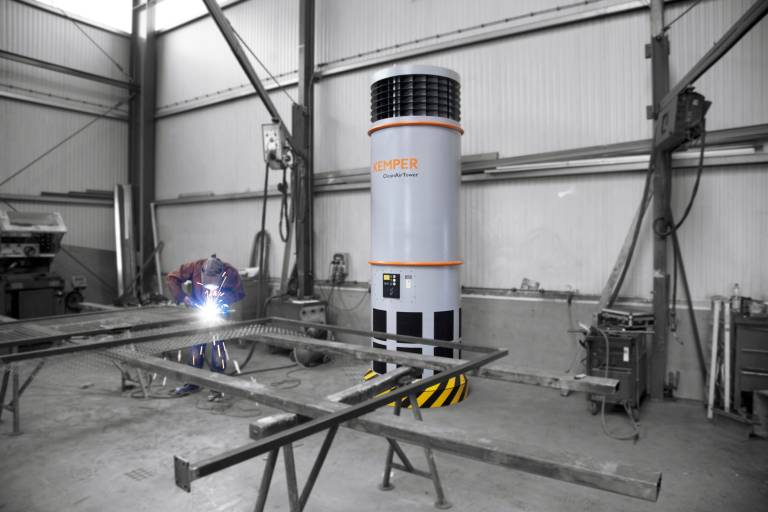 In einem Radius von bis zu zwölf Metern saugt der CleanAirTower in einem 360-Grad-Umkreis die verunreinigte Luft in rund vier Metern Höhe an. Die gesäuberte Luft wird von unten der Halle impulsarm wieder zugeführt.
