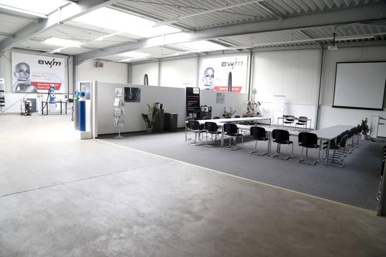 Am Standort in Pinsdorf verfügt EWM über ein hervorragend ausgestattetes Trainings- und Vorführzentrum mit großzügig gestalteten Schulungsbereichen für Theorie und Praxis.